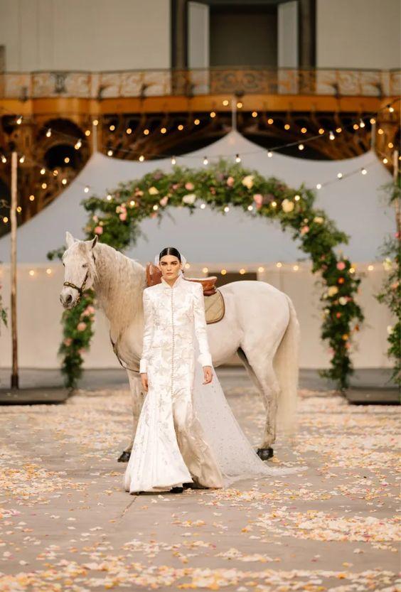 """Từ ngựa trắng của Chanel đến bài tarot của Dior là xu hướng """"ảo tưởng"""" thịnh hành nhất năm 2021 - 1"""