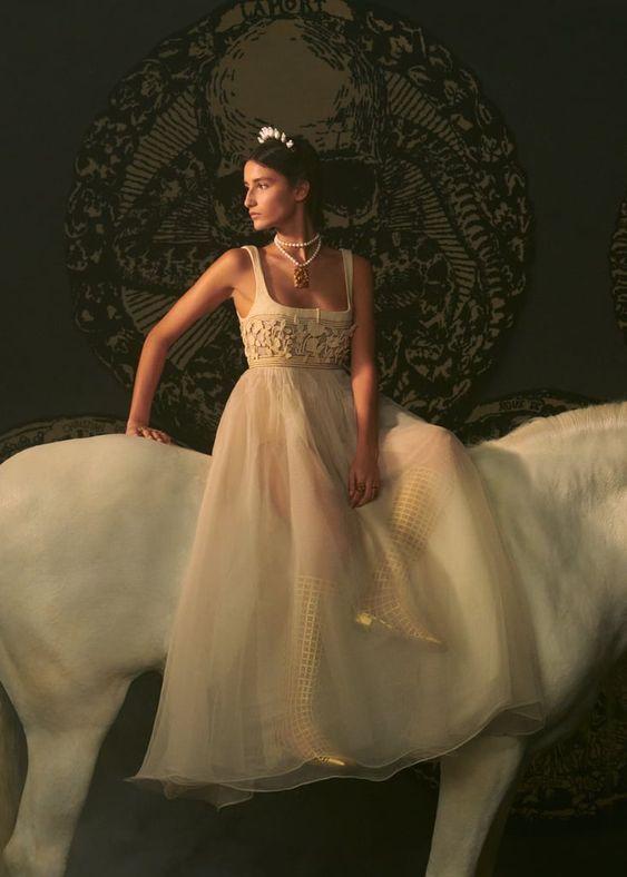 """Từ ngựa trắng của Chanel đến bài tarot của Dior là xu hướng """"ảo tưởng"""" thịnh hành nhất năm 2021 - 2"""