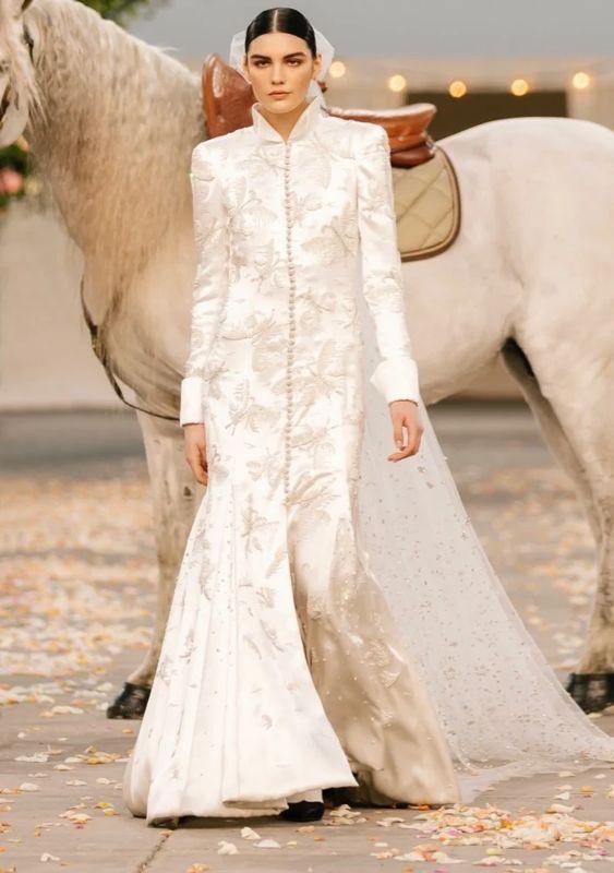 """Từ ngựa trắng của Chanel đến bài tarot của Dior là xu hướng """"ảo tưởng"""" thịnh hành nhất năm 2021 - 3"""