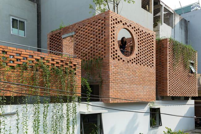 Ngôi nhà nằm ở thủ đô Hà Nội, lấy cảm hứng từ những ngôi nhà ống truyền thống của miền Bắc Việt Nam.