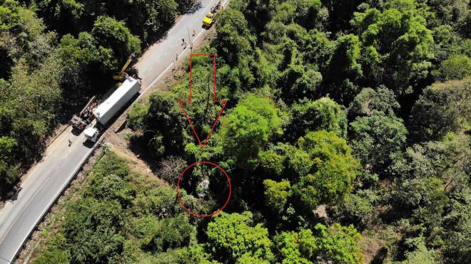 Tạm ngừng lưu thông trên đèo Bảo Lộc, cứu hộ xe container lao xuống vực sâu - 1