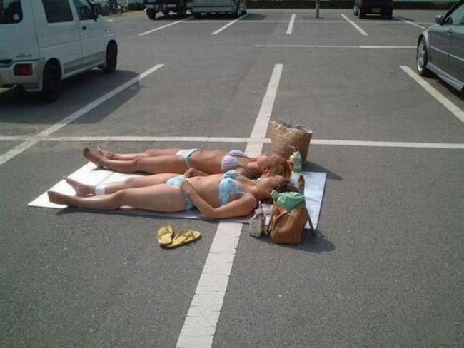 Phơi năng bãi biển là xưa rồi giờ phải phơi nắng... bãi đỗ xe.