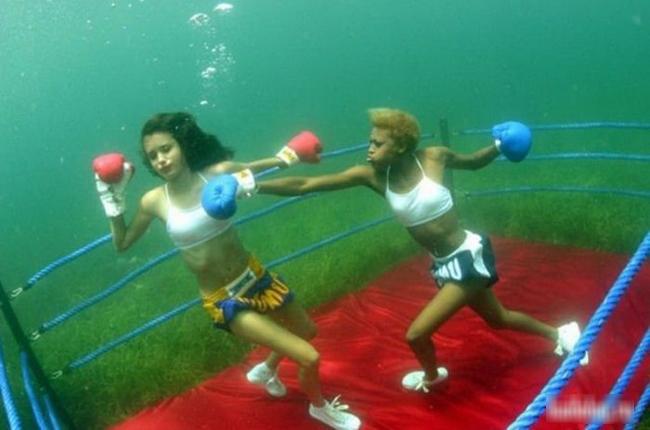 Thi đấu boxing dưới đáy biển thì quá khác người rồi.