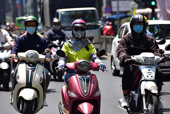 Nắng nóng, oi bức bao phủ khắp TP.HCM và Nam Bộ - 1