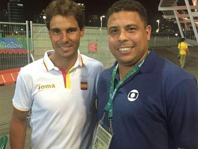 """Ronaldo """"béo"""" trổ tài quần vợt với cú trái như Wawrinka, nhiều sao trầm trồ"""