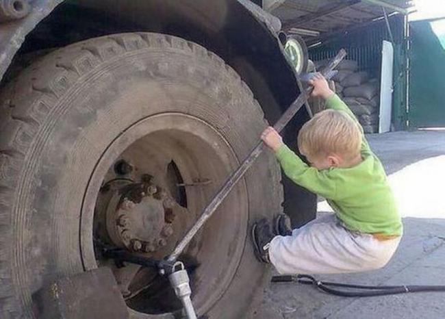 Sáng ra đã phải thay quả lốp khổng lồ quá.