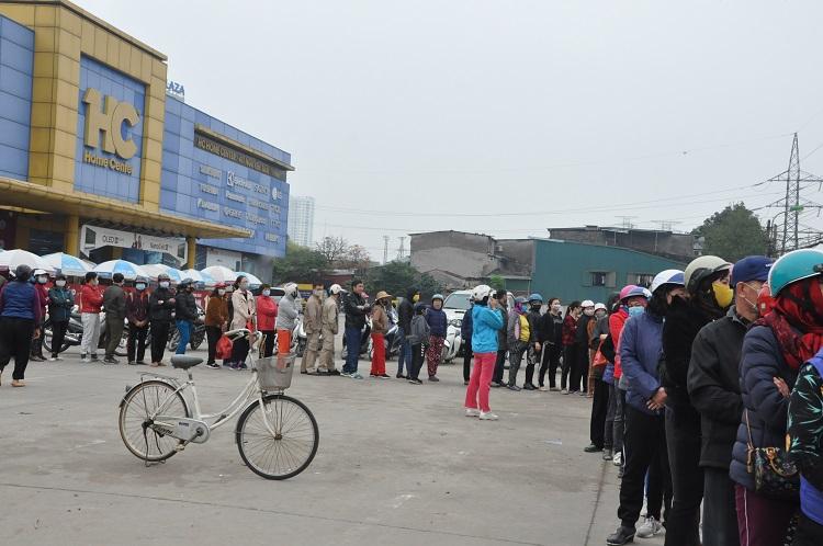 Gà đồi Chí Linh giá chỉ 55.000 đồng/kg, hàng trăm người Hà Nội xếp hàng mua giải cứu - 1