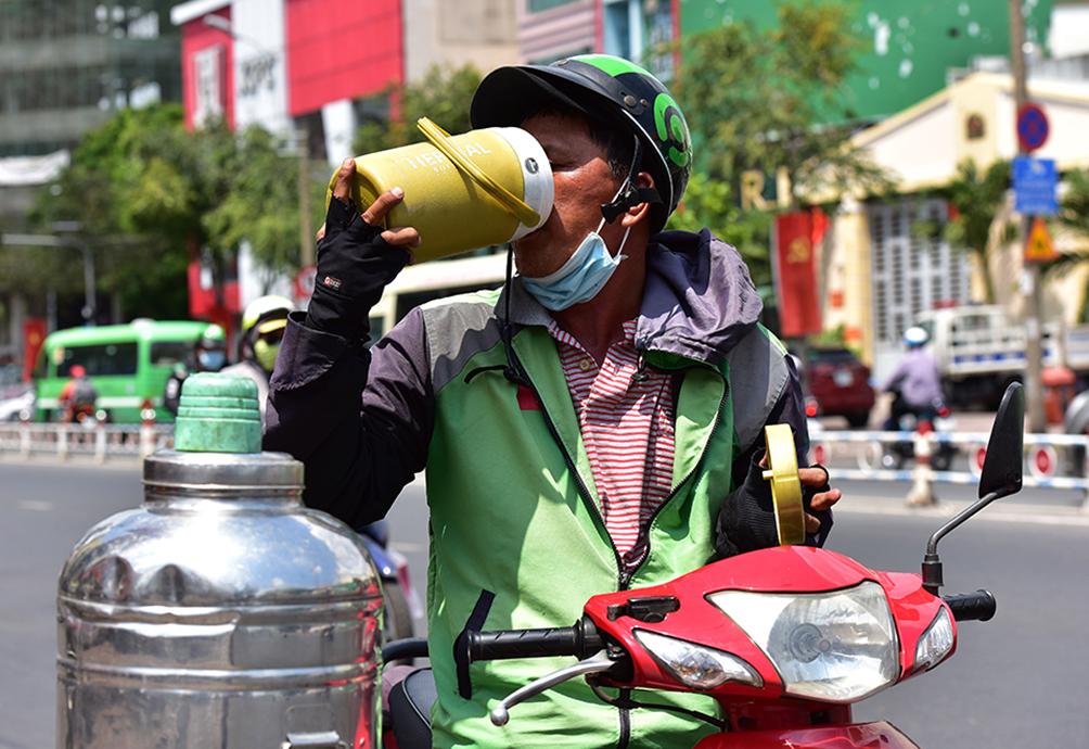 Người Sài Gòn vật vã dưới nắng nóng như thiêu đốt - 10