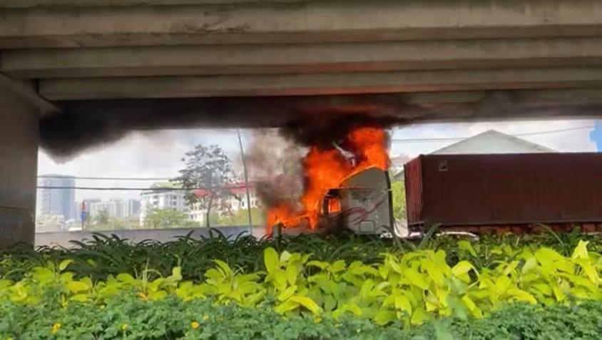 Xe container bốc cháy dữ dội dưới gầm cầu ở Sài Gòn - 1