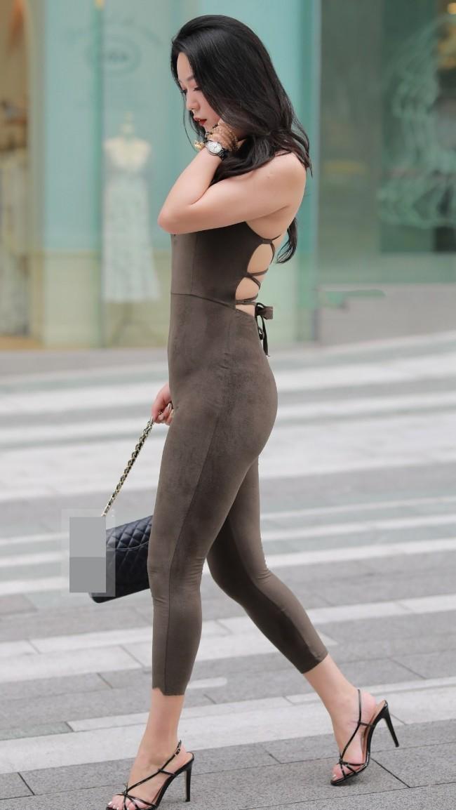 Jumpsuit là kiểu trang phục liền thân thịnh hành vào khoảng thập niên 80.