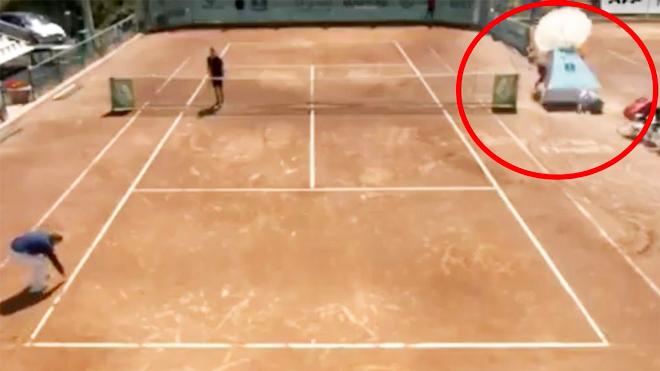 Hãi hùng tennis, ghế trọng tài sụp đổ suýt hại chết cô bé nhặt bóng - 1