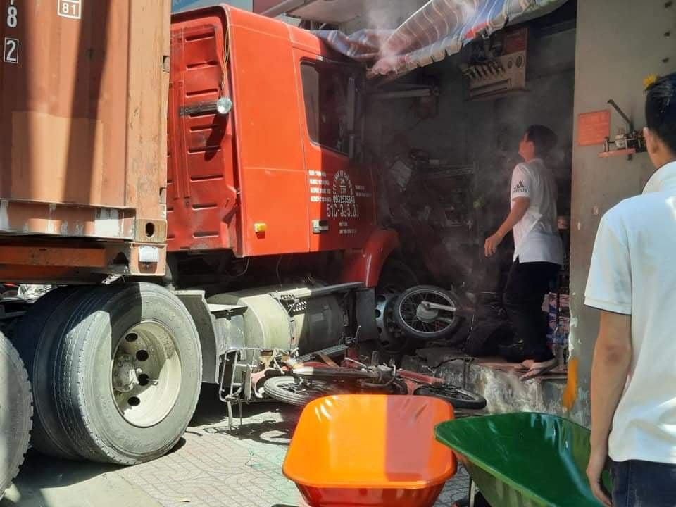 Đứng trên vỉa hè, người đàn ông bị xe container tông chết - 1