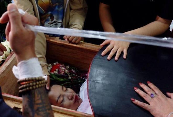 Chính quyền Myanmar khai quật mộ người biểu tình, hé lộ kết luận gây sốc - 1