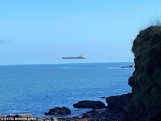 """Vì sao tàu thuyền """"lơ lửng trên không"""" liên tiếp xuất hiện ở Anh? - 1"""