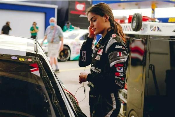 """""""Quá xinh, quá nguy hiểm"""": Cô gái 21 tuổi làm nên lịch sử tại giải đua ô tô danh giá - 1"""