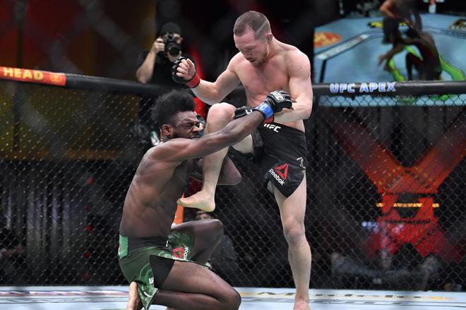 Ngã ngửa võ sỹ đá ngất đối thủ lại bị xử thua, mất luôn đai vô địch UFC - 1