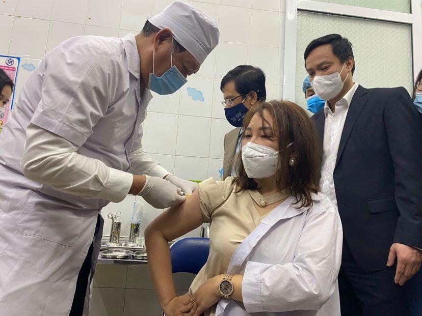 Những mũi tiêm vắc-xin COVID -19 đầu tiên tại Việt Nam - 1