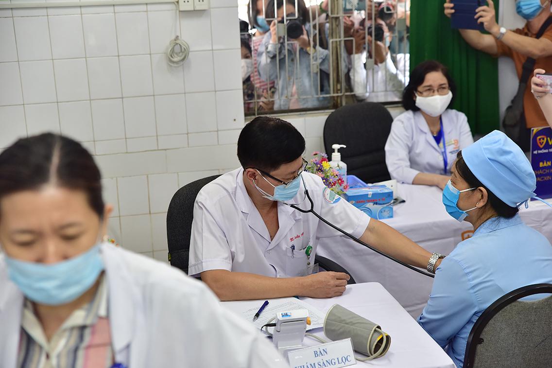 Ảnh: Tiêm vắc xin ngừa COVID-19 cho tuyến đầu chống dịch ở TP.HCM - 4