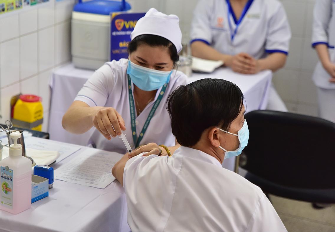 Ảnh: Tiêm vắc xin ngừa COVID-19 cho tuyến đầu chống dịch ở TP.HCM - 8