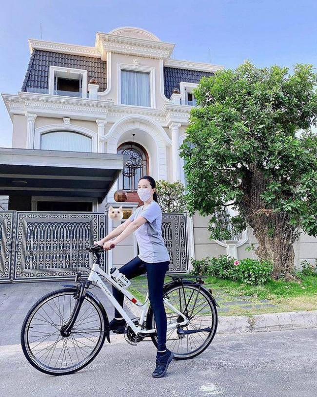 Giày thể thao, dép xỏ ngón giúp người đạp xe có được phong thái thoải mái và hạn chế sự cố khi di chuyển.