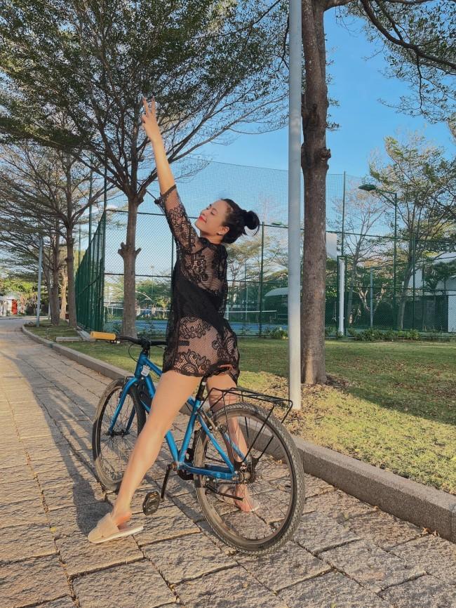 Hoàng Thuỳ Linh nhận được lời khen vì phong cách đạp xe hấp dẫn.