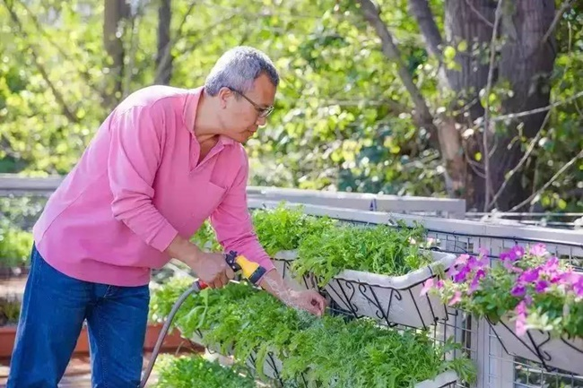 Niu Jian, 53 tuổi, làm việc ở Bắc Kinh. Ông sốngcùng vợ và con trong một căn nhà thuê có 2 phòng ngủ và 1 phòng khách.