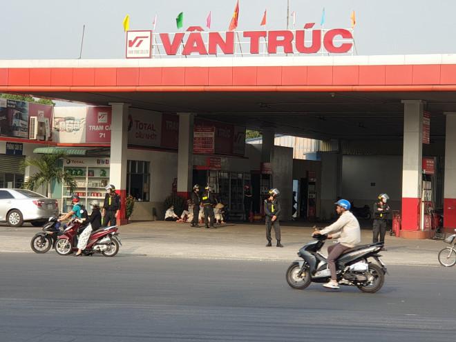 NÓNG: Cảnh sát cơ động phong tỏa cây xăng Vân Trúc ở TP Thuận An - 1