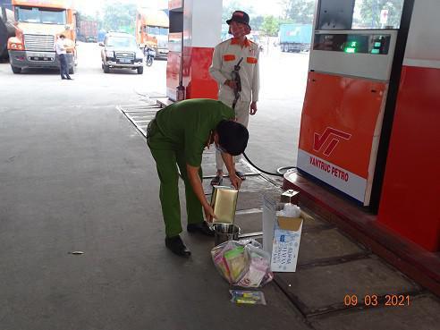 400 cảnh sát đồng loạt khám xét 10 cây xăng, bắt khẩn cấp giám đốc hệ thống xăng Vân Trúc - 1