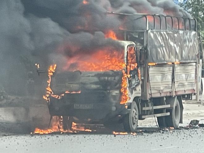 Cận cảnh ô tô chở bật lửa bốc cháy ngùn ngụt - 1