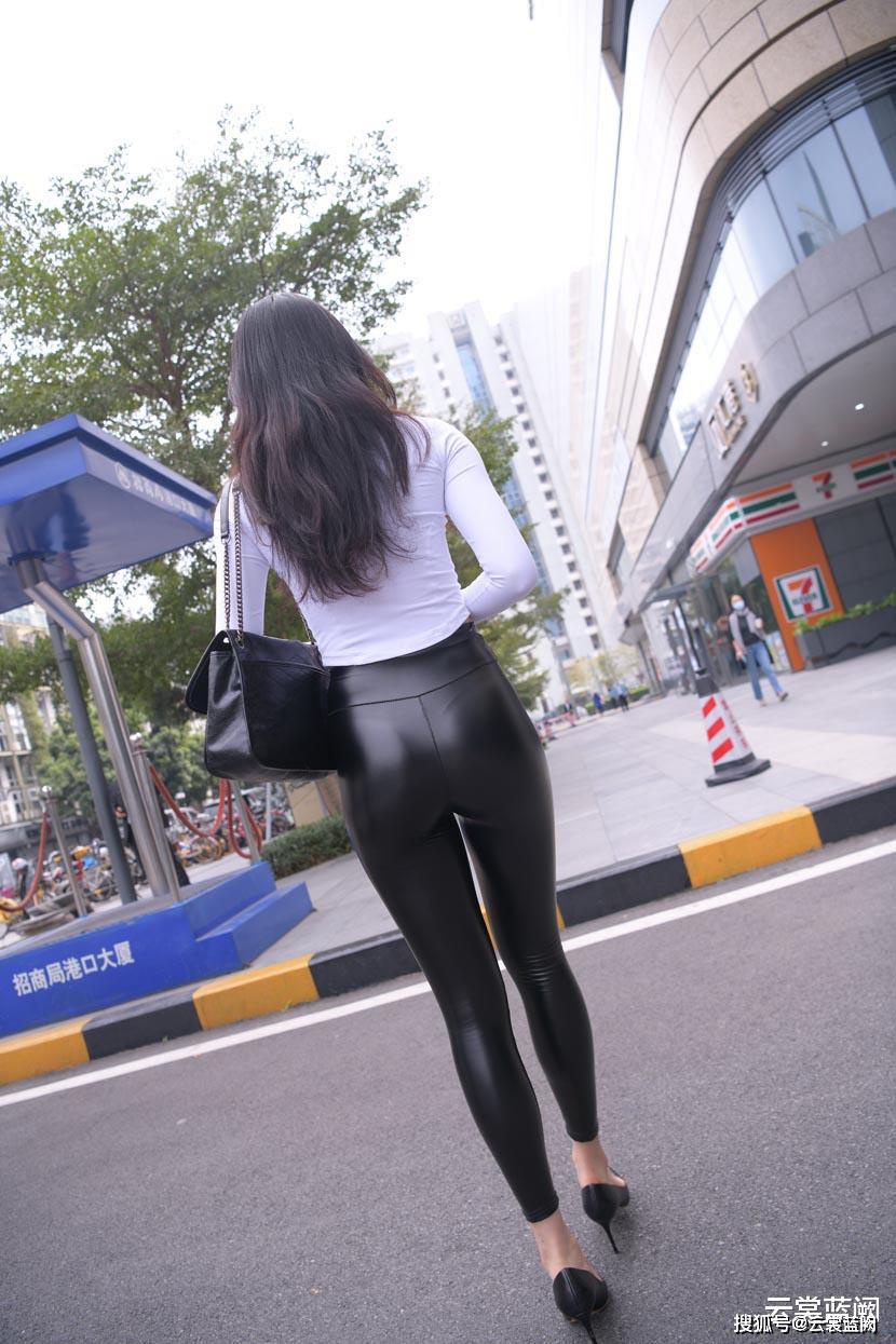 Thảm họa quần legging da dù khó mặc vẫn tạo trend - 1