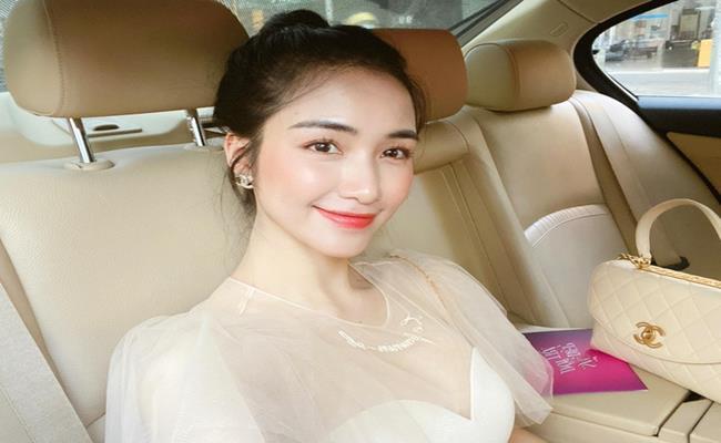 Hoà Minzy là một nữ ca sĩ đình đám trong showbiz Việt.