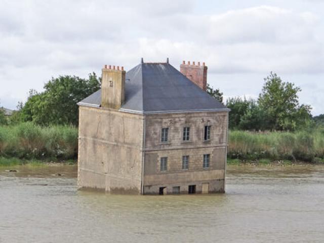 """Du lịch - Sự thật bất ngờ đằng sau căn nhà kỳ quái """"nửa chìm, nửa nổi"""" giữa sông"""