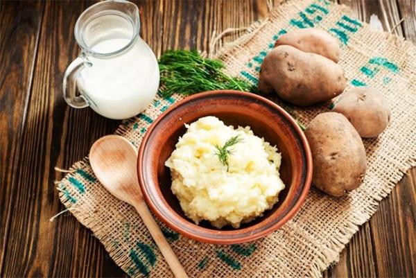 Cách làm và đắp mặt nạ khoai tây sữa tươi giúp da mịn màng trắng sáng - 1