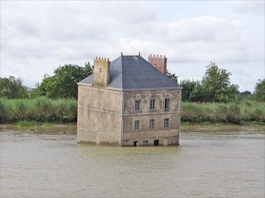 """Sự thật bất ngờ đằng sau căn nhà kỳ quái """"nửa chìm, nửa nổi"""" giữa sông - 1"""