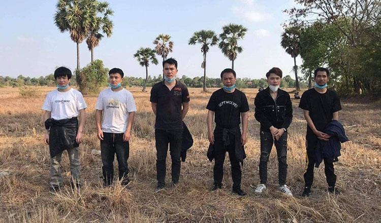 Campuchia: Số ca nhiễm mới Covid-19 tăng vọt, bắt giữ 6 người TQ lang thang trên đồng - 1