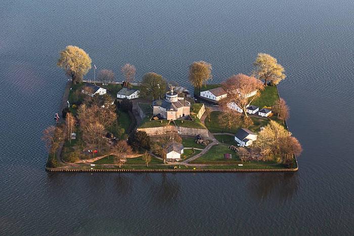 Hòn đảo hình chữ nhật như tranh vẽ, từng là pháo đài quân sự - 1