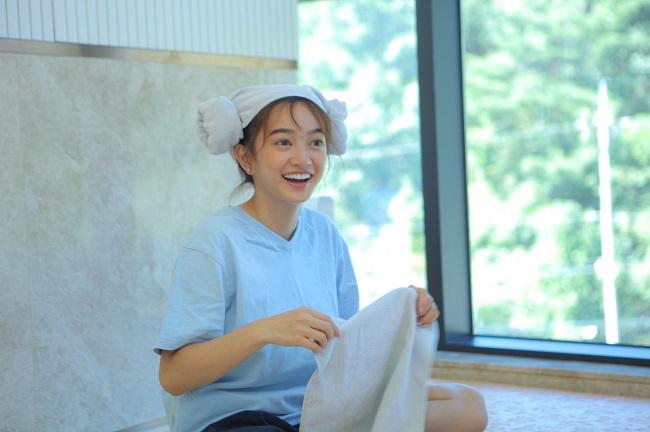Kaity Nguyễn là diễn viên có tuổi đời nhỏ nhất trong dàn phim Em chưa 18. Đây cũng là tác phẩm đầu tay của Kaitykhi vừa chạm ngõ điện ảnh, lúc đó người đẹp mới 17 tuổi.