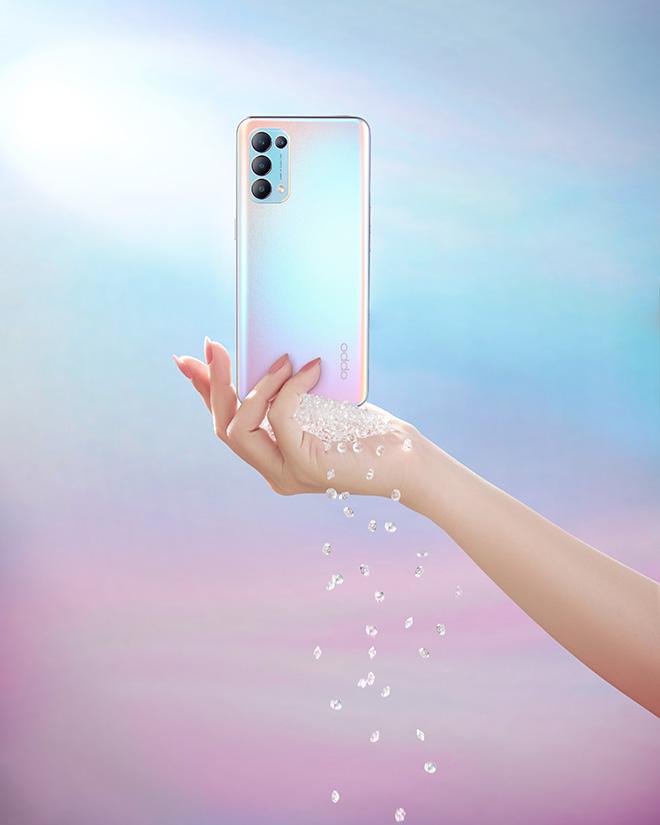 Với mặt lưng đa sắc màu ấn tượng, Reno5 5G nằm trong top smartphone tầm trung đáng sở hữu hiện nay - 1