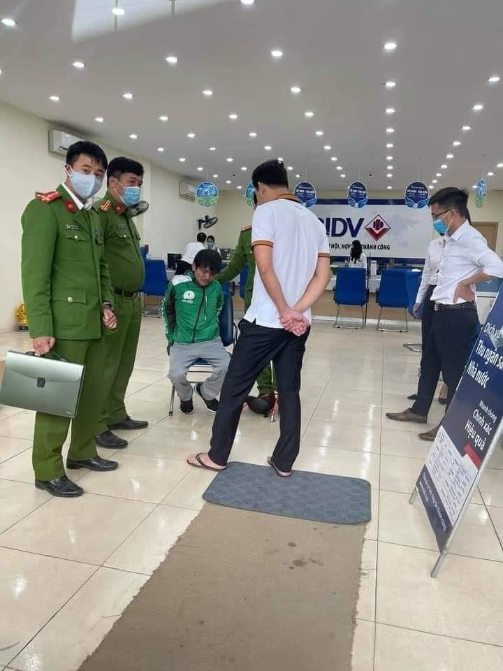 Nóng: Người đàn ông mặc áo xe công nghệ cướp ngân hàng tại Hà Nội - 1