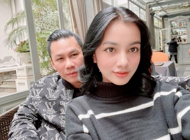 Đầu năm 2021, Cẩm Đan vướng nghi vấn hẹn hò cùng doanh nhân Đức Huy - ông chủ phòng trà lớn ở TP.HCM và là chồng cũ của nữ ca sĩ Lệ Quyên.
