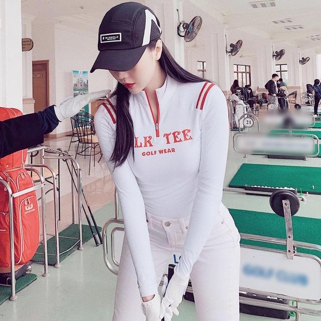 Cựu tiếp viên hàng không Vũ Ngọc Châm cũng dành thời gian chơi golf giúp thân hình cân đối và gọn gàng.