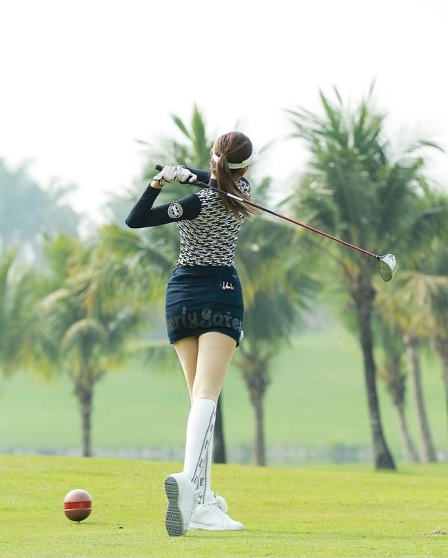 Ngoài ra, khi chơi golf, Huyền My cũng chú ý đến việc chống nắng cho làn da để tránh tình trạng da đen sạm cho tiếp xúc lâu với ánh nắng.