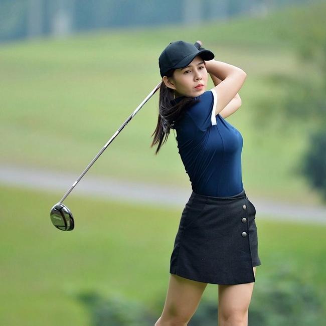 MC Thu Hoài cũng tham gia vào 'đường đua' golf vừa rèn luyện sức khỏe vừa có được thân hình thon thả, dáng người chuẩn.
