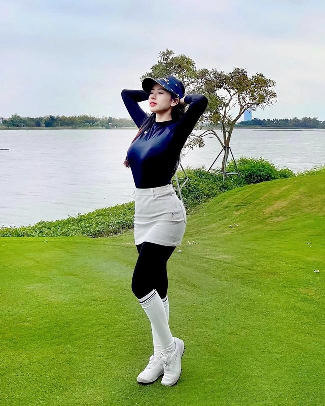 Trên trang cá nhân, cô chia sẻ nhiều hình ảnh chơi golf. Có ngày cô còn chơi từ 6 giờ sáng tới tận trưa.