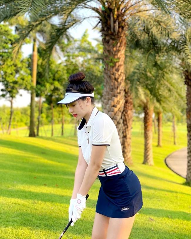 Nhờ vậy, số lượng phái đẹp đến sân golf ngày một đông. Bộ môn này không chỉ phổ biến ở Việt Nam mà còn ở nhiều quốc gia khác.