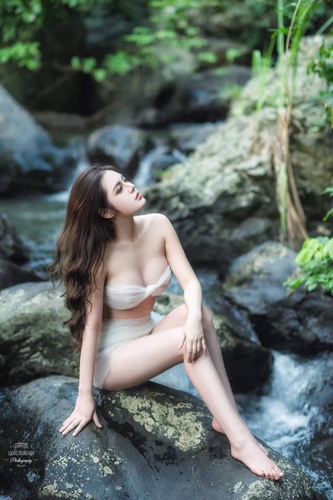 """Cao Diệp Anh bày tỏ:""""Tôi không mặc bikini hở hang, bộ ảnh muốn mang đến cảm giác như tranh vẽ, lấy ý tưởng từ thần thoại""""."""