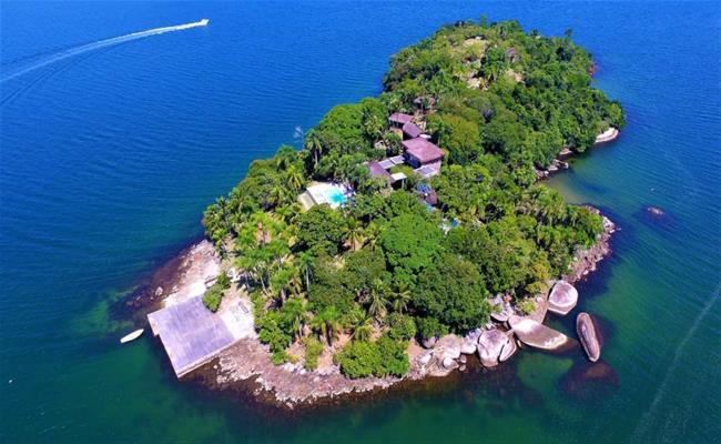"""Mặc dù vậy, Piaçabuçu vẫn """"ế"""" khách bởi vì những lý do về mặt pháp lý. Cụ thể, nếu sở hữu hòn đảo xinh đẹp này, bạn phải đóng thuế mỗi năm một khoản khá lớn và không rõ ràng, chưa kể bạn chỉ được quyền sở hữu đảo trong vòng 99 năm."""