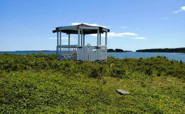 Chandler là một hòn đảo siêu nhỏ với ở Mỹ diện tích chỉ vỏn vẹn 4.000 mét vuông. Nhưng bù lại, nơi này sở hữu phong cảnh nên thơ với thảm cỏ xanh mướt, một cabin được xây sẵn và khí hậu ôn hòa.