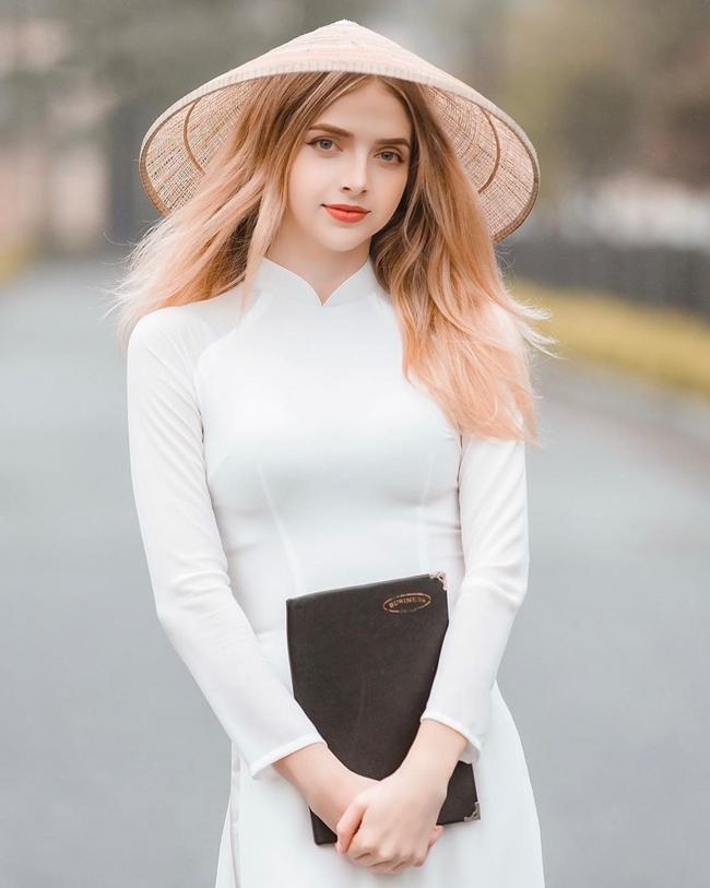 Bức hìnhcô gái ngoại quốc mặc áo dài đượclan truyền trên internet khiến cư dân mạng tấm tắc ngợi khen và đi tìm danh tính.