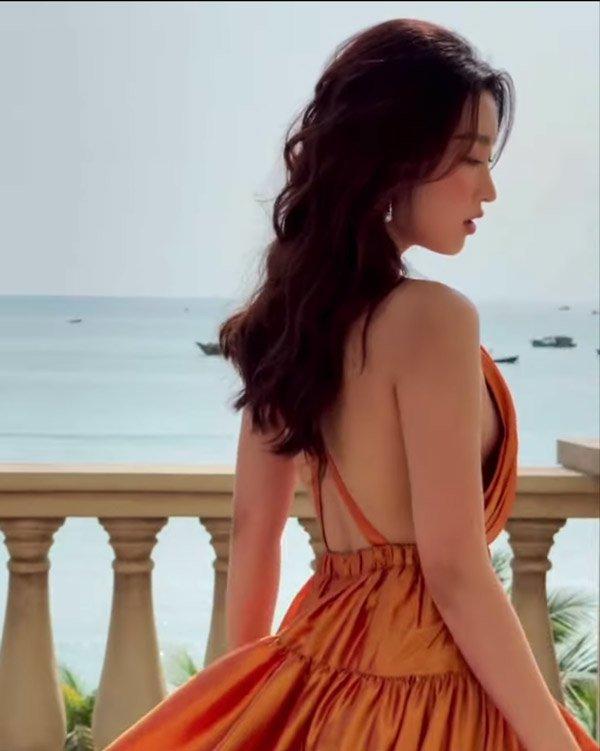 Đỗ Mỹ Linh tiết lộ có đồ phòng hộ đặc biệt với váy yếm - 1